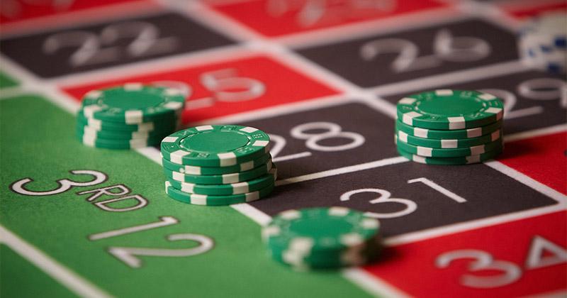 Tabades tavapärases Euroopa ruletis numbrit, antakse tagasi esialgne panus ja lisaks tabamise eest 35-kordne panuse summa ehk kokku 36-kordne. Näiteks: €1 panuse korral numbrit tabades jääb lauale alles algne €1, millele lisatakse juurde €35 võit. Kattes ruletilaual kõik numbrid on kogu panus €37, aga tabamise korral saab €36 ehk €1 ehk 2.7% on kasiino kasum või siis kasiino väljamaksete protsent ruletimängus. Loe rohkem kuidas mängida ruletti.